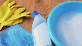 Becken mit Seifenwasser, Reinigungsmittel und Reinigungslappen stock video footage