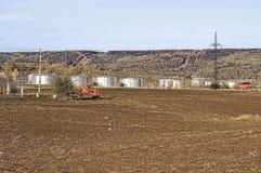 Becken und Traktor Stockfotos