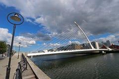 beckett ποταμός Samuel liffey του Δουβλίνου Ιρλανδία γεφυρών στοκ εικόνα
