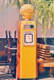 Beckmeter老壳燃料容器在对公众的显示上把放 免版税库存图片