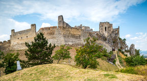 Beckov,斯洛伐克-在小山的老城堡 免版税库存照片