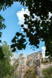 Beckov,斯洛伐克-在小山的老城堡 免版税库存图片