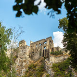 Beckov,斯洛伐克-在小山的老城堡 库存图片