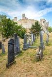Beckov,斯洛伐克-在Beckov城堡附近的犹太公墓 免版税库存图片