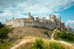 Beckov, Eslovaquia - castillo viejo en la colina Imagen de archivo libre de regalías
