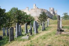Beckov - vieux cimetière juif sous le château images stock