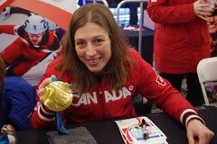 Becky Kellar med hennes olympiskt guldmedalj 2010 Arkivfoton