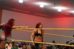 Becky Lynch y Sasha Banks en la esquina del anillo durante etiqueta combinan el mA Imagen de archivo