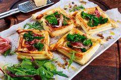 Becon, chees macios e galdérias da massa folhada das pontas dos brócolis do tenderstem Foto de Stock