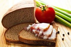 Becon sur le pain grillé avec la tomate de rad Photos libres de droits