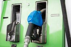 Becs de pompe à gaz dans la station Photographie stock libre de droits