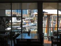 Bedårande sikt för hamnrestaurangfönster Royaltyfri Fotografi