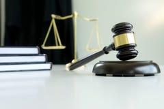 Bedöma auktionsklubban med rättvisaadvokater målsägare eller svarandemöte arkivbilder