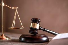 Bedöma auktionsklubban med rättvisaadvokater, objektdokument som arbetar på tabellen Lagligt lag-, rådgivning- och rättvisabegrep royaltyfria bilder