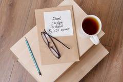 Bedöma inte en bok vid dess räkning - en handskriven inskrift på en servett Royaltyfria Foton