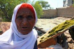bedömer den gammala kvinnan för causdskadefloder Royaltyfri Foto