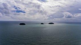 Bedöva öar av kusten av Koh Chang, Thailand arkivbilder