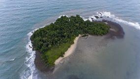 Bedöva ön av kusten av Koh Chang, Thailand arkivfoto