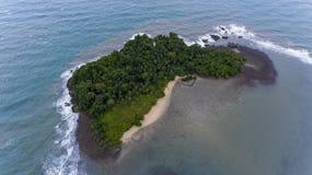 Bedöva ön av kusten av Koh Chang, Thailand arkivbilder
