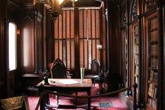 Bedöva arkivet, med väggar som fodrades med böcker, ställde tabellen och stol in, i mitten, Victoria Mansion, Portland Maine, 201 Royaltyfri Bild