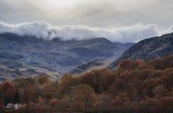Bedöva Autumn Fall färglandskap av sjöområdet i Cumbria arkivfoton
