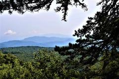 Bedöva avlägsna blåa Ridge Mountains royaltyfri bild