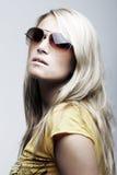 Bedöva bärande solglasögon för kvinnlig modell royaltyfri fotografi