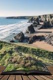 Bedöva bild för skymningsolnedgånglandskap av Bedruthan moment på den västra Cornwall kusten i England som kommer ut ur sidor av  royaltyfria foton