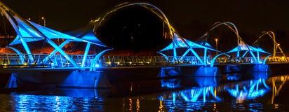 Bedöva blått och Amber Lights Of en bro med reflexion Fotografering för Bildbyråer