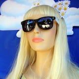 Bedöva den blonda kvinnan i solglasögon arkivfoton
