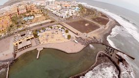 Bed?va den flyg- sikten av sj?sidan och hotellen av Tenerife Spanien kanarief?gel?ar flyg- sikt begrepp av det b?sta