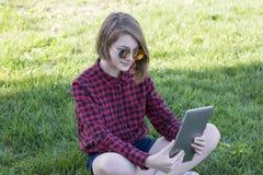 Bedöva den tonårs- flickan som arbetar på skrivplattan fotografering för bildbyråer