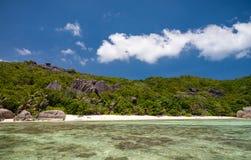 Bedöva den tropiska stranden i Seychellerna Royaltyfria Bilder