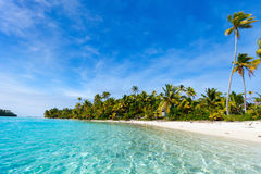 Bedöva den tropiska stranden på den exotiska ön i Stillahavs- Royaltyfri Foto