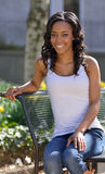 Bedöva den unga afrikansk amerikankvinnan - vit behållare Arkivbilder