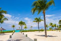 Bedöva den vita stranden i turker och Caicos på karibiskt Royaltyfria Bilder