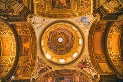 Bedöva det dekorerade taket med symboler i kyrkan av Gesuen Augu arkivbilder