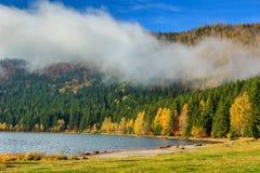 Bedöva dimmigt höstlandskap med helgonet Anna Lake, Transylvania, Rumänien fotografering för bildbyråer