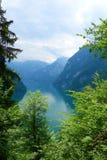 Bedöva färgrikt vatten av Konigsee som är bekant som Tyskland` djupast och mest ren sjö för s som lokaliseras i den Berchtesgaden royaltyfria bilder