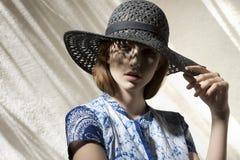 Bedöva flickan med hatten arkivbild
