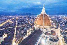 Bedöva flyg- sikt för natt av Piazza Duomo Florence, Italien Arkivbilder