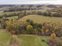 Bedöva flyg- surrlandskapbild av att bedöva färgrikt vibrerande Autumn Fall English bygdlandskap royaltyfria bilder
