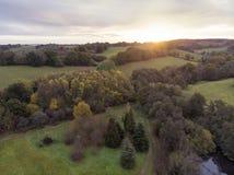 Bedöva flyg- surrlandskapbild av att bedöva färgrikt vibrerande Autumn Fall English bygdlandskap royaltyfri fotografi