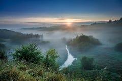 Bedöva gryning på den dimmiga dalen i höst, Polen arkivbilder