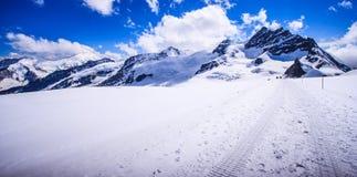 Bedöva härlig panoramautsikt av det Snowcapped landskapet för Bernese bergfjällängar i den Jungfrau regionen, Bernese Oberland, S Arkivfoto