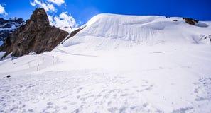 Bedöva härlig panoramautsikt av det Snowcapped landskapet för Bernese bergfjällängar i den Jungfrau regionen, Bernese Oberland, S Royaltyfri Bild