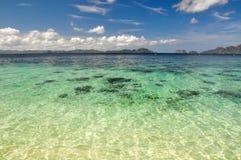 Bedöva havet nära El Nido - Palawan, Filippinerna royaltyfria bilder