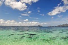Bedöva havet nära El Nido - Palawan, Filippinerna royaltyfri fotografi