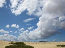 Bedöva himmel över stranden Arkivfoto