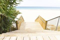 Bedöva ingången till den Tarifa stranden, Spanien arkivbilder